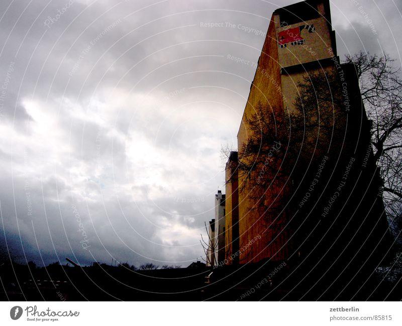 Wetterverschlechterung {f} = weather deterioration mehrstöckig dunkelgrau Wetterumschwung schlechtes Wetter bedrohlich Tiefdruckgebiet Haus Stadthaus aufwärts