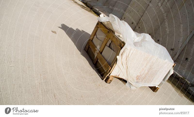 -> winde -> Holzkiste Schatztruhe aufräumen grau Wand Mauer Schattenspiel Wind Sandverwehung Sturm Abdeckung Folie massiv Stabilität kaputt gelb Orkan nass