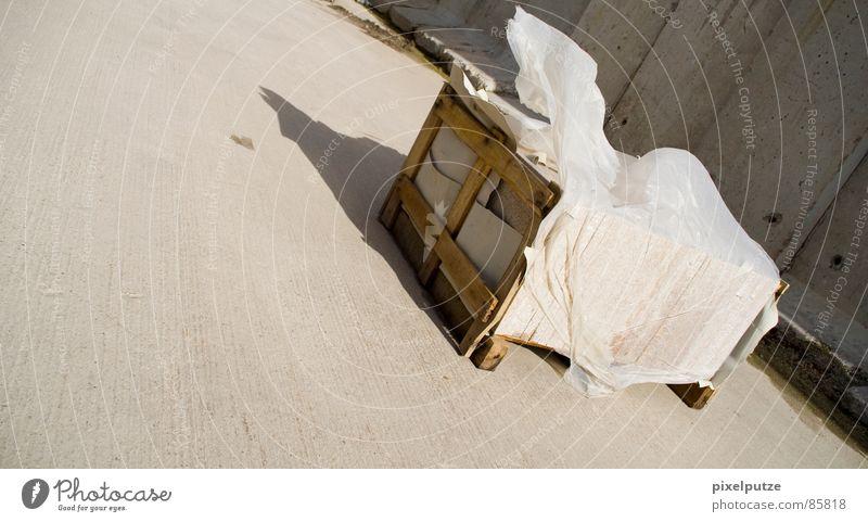 -> vom -> Einsamkeit gelb Wand Bewegung Holz grau Stein Mauer Kraft Wind Wetter nass Sicherheit Güterverkehr & Logistik Industriefotografie