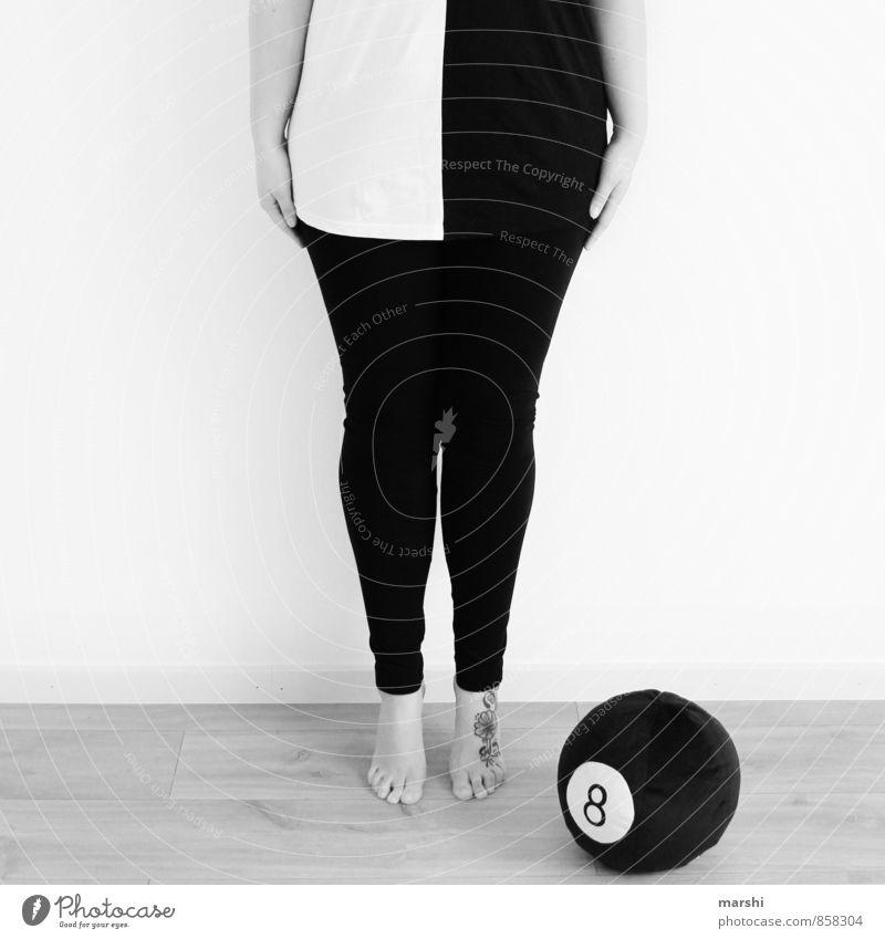 eight ball Lifestyle Freizeit & Hobby Billard Mensch feminin Körper Beine 1 30-45 Jahre Erwachsene Gefühle Stimmung Schwarzweißfoto Ball Spielen stehen 8