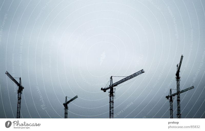 Synchronschwimmer Himmel Wolken Ferne grau Ordnung Platz Baustelle Körperhaltung Kommunizieren Industriefotografie Unendlichkeit Konzentration Teilung Reihe