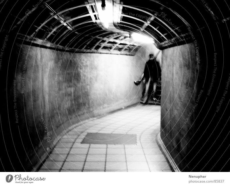 Tube Entering Tunnel Untergrund Blick nach unten dunkel Eingang U-Bahn Überraschung Erwartung unterirdisch Fußgängerunterführung Schwarzweißfoto