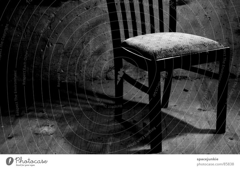 Einsam Einsamkeit kalt Mauer Beleuchtung Bodenbelag Stuhl Trauer Verzweiflung Flur Dachboden ländlich rustikal verdunkeln