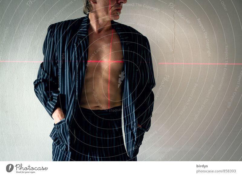 Mann mit Jacket , Anzug und nacktenm Oberkörper mit einem Fadenkreuz aus Laserlinien auf dem Herz Erwachsene Körper Kopf 1 Mensch 45-60 Jahre Zielkreuz stehen