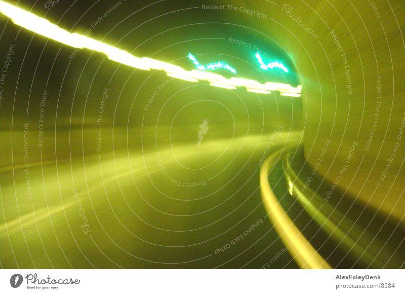 Schweizer Tunnel I hell Beleuchtung Autofahren Lichtspiel