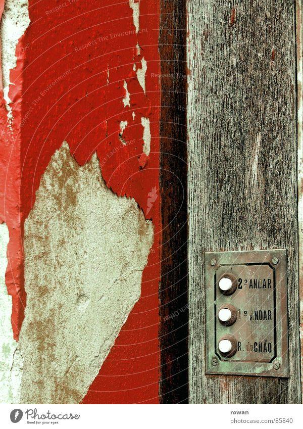 drrrrring! Namensschild Holz grau Wand dreckig rot abblättern Knöpfe Verfall vernachlässigen Trauer desolat schäbig Anstrich rustikal Glocke verrotten Eingang