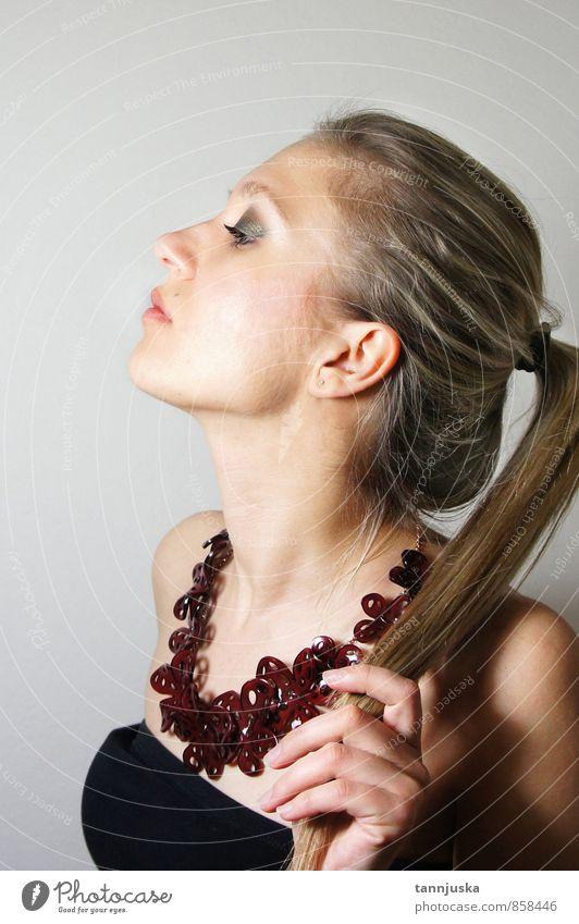 Junge schöne Frau mit rauchfarbenem Augen-Make-up. Reichtum Stil Haare & Frisuren Haut Gesicht Schminke Mädchen Erwachsene Mode Kleid blond Behaarung machen