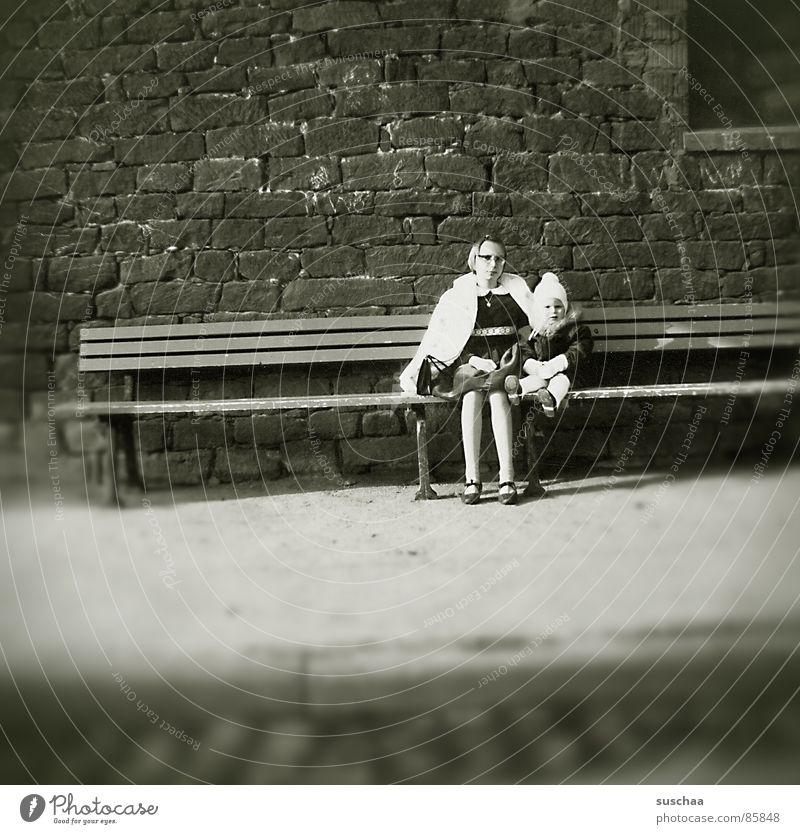 meine schwester, die bank & ich Einsamkeit Straße sitzen Bank Asphalt Kleinkind Verkehrswege Straßenbelag Nostalgie Gasse Siebziger Jahre früher Backsteinwand Treffpunkt Stöpsel