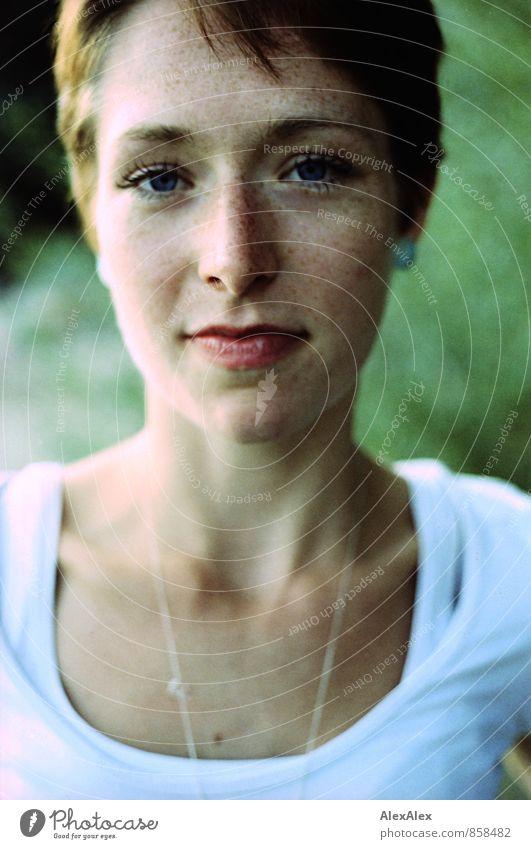 Gegenüberstellung Junge Frau Jugendliche Gesicht 18-30 Jahre Erwachsene Natur T-Shirt Sommersprossen rothaarig kurzhaarig beobachten ästhetisch authentisch