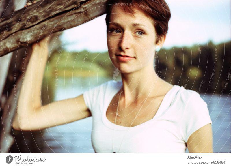 abends Ausflug Junge Frau Jugendliche Gesicht Sommersprossen 18-30 Jahre Erwachsene Natur Landschaft Baum Sträucher Seeufer T-Shirt rothaarig kurzhaarig stehen