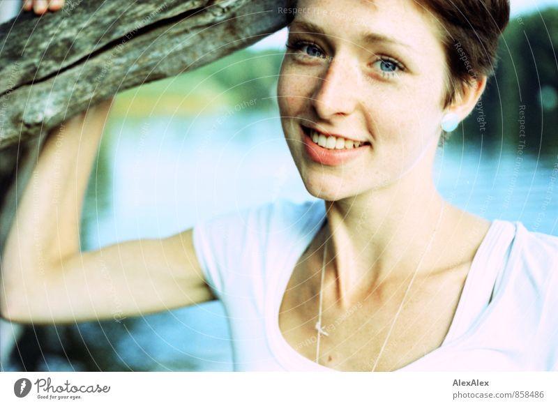 Schön und gut. Junge Frau Jugendliche Gesicht Sommersprossen 18-30 Jahre Erwachsene Ast Seeufer T-Shirt rothaarig kurzhaarig Lächeln lachen stehen ästhetisch