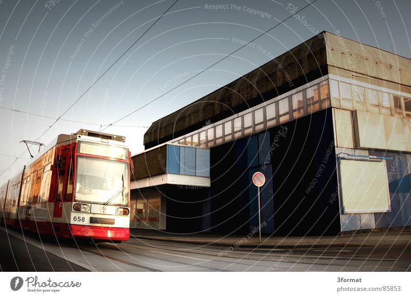 straba Personenverkehr Straßenbahn Eisenbahn Kaufhaus Gleise fahren Geschwindigkeit leer Stadt Schönes Wetter Osten Plattenbau Verkehrswege Himmel Station