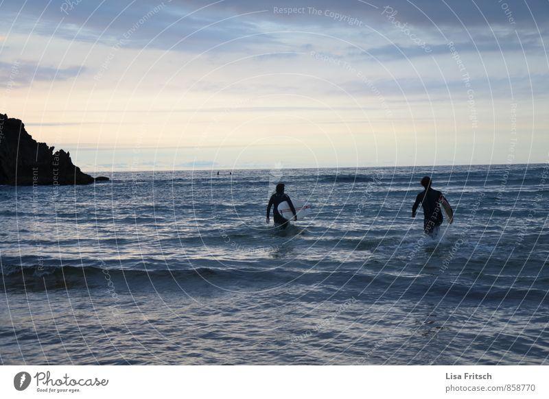 und los... maskulin 2 Mensch 18-30 Jahre Jugendliche Erwachsene Wasser Himmel Sommer Wellen Küste Meer Surfer Surfbrett Surfen Neoprenanzug laufen Sport frei