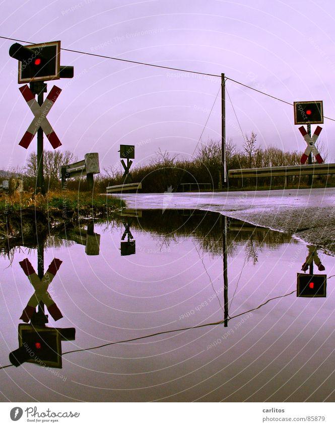 Nach dem grossen Regen ... Regen Schilder & Markierungen Eisenbahn Gleise Station Bahnhof Barriere Ampel Pfütze Doppelbelichtung Symmetrie Übergang Leitplanke Warnleuchte Bahnübergang Straßensperre