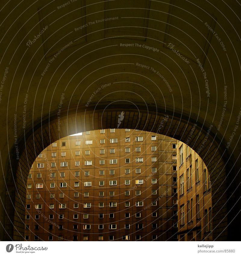 zimmer mit aussicht II Toreinfahrt Armutsgrenze Hinterhof Plattenbau Fassade Lichthof Fenster grau Mieter Torbogen Einfahrt Hauseingang Stadt Architektur