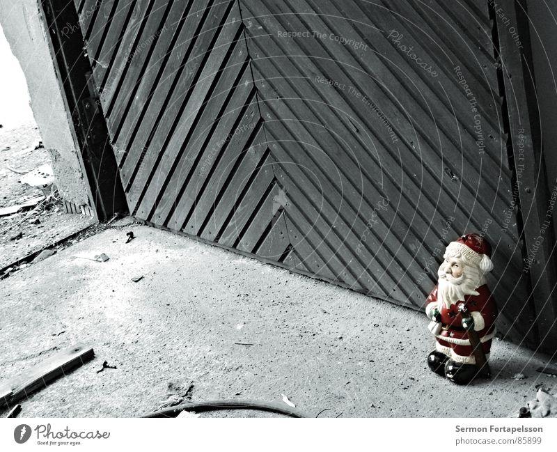 last man standing Weihnachten & Advent rot Einsamkeit Holz Garten Mauer Deutschland Tür Bodenbelag Kitsch verfallen Müll Hotel Weihnachtsmann Tor Verfall