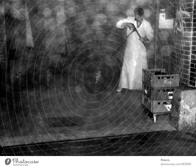Schlachthof Mann Arbeiter Gummistiefel Feierabend Reinigen Wassertropfen Abend Fabrik Industrie Ernährung Gummischürze Wurstfabrik hochdruckreiniger