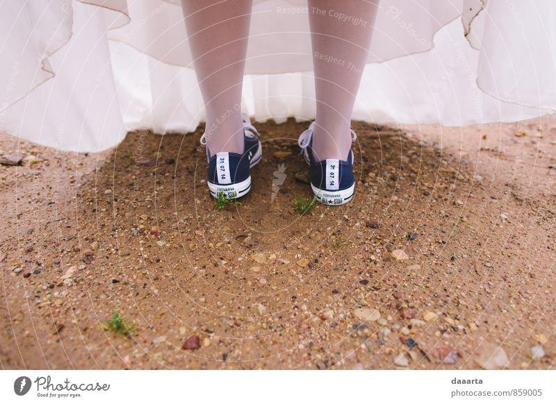 feminin außergewöhnlich Sand Beine Fuß Regen Erde elegant Fröhlichkeit einfach Warmherzigkeit Lebensfreude Freundlichkeit einzigartig Abenteuer Romantik