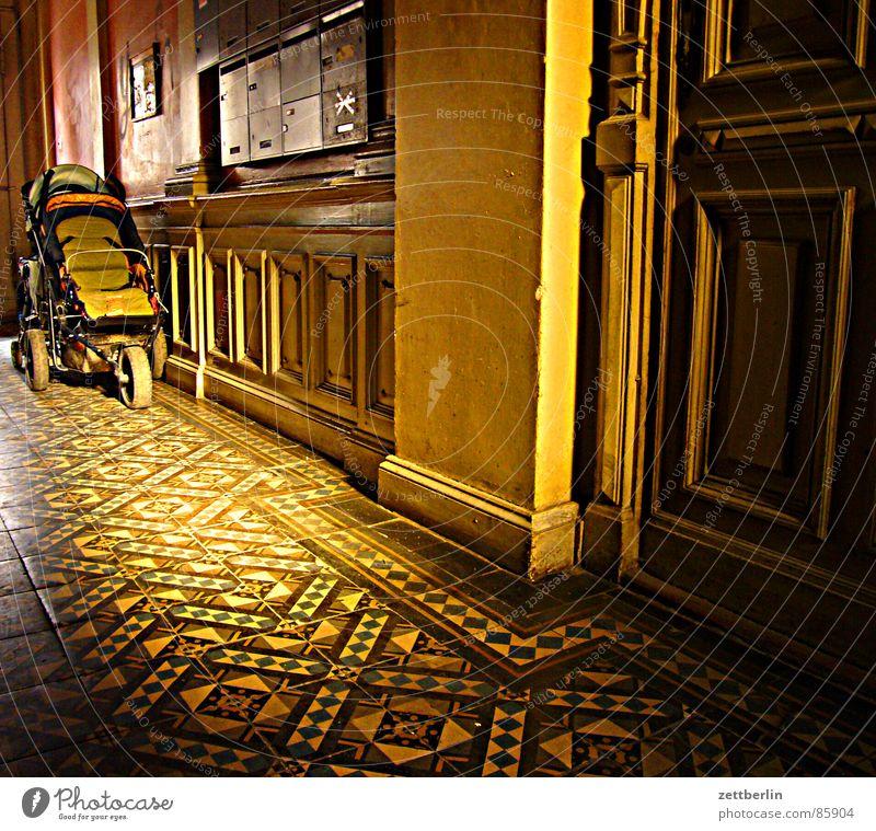 Treppenhaus Fliesen u. Kacheln Abendsonne Flur Licht Halbschatten geheimnisvoll Eingang Wohnung anschaulich Kindergarten Altersversorgung zurückziehen