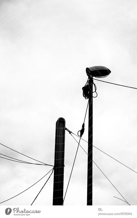 laterne, linien Himmel Wolken schlechtes Wetter Straßenbeleuchtung Laternenpfahl Kabel Elektrizität trist Stadt Langeweile Linie Schwarzweißfoto Außenaufnahme