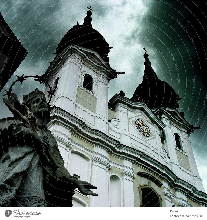 Fürchte Dich [nicht] Farbfoto Außenaufnahme Menschenleer Dämmerung Licht Schatten Froschperspektive Trauerfeier Beerdigung Rücken Skulptur Himmel Unwetter