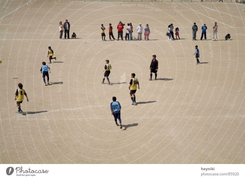 campo de fútbol Fußballplatz Spielen Feld Publikum Fußballer Schlagschatten Sport Sommer Mensch ruhig