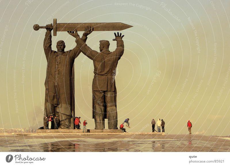 Giants Denkmal Statue Mann Kraft strong Mahnmalm Magnitogorsk men smoke