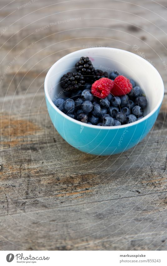 beeren mixed Lebensmittel Frucht Brombeeren Blaubeeren Himbeeren Schalen & Schüsseln Ernährung Frühstück Mittagessen Picknick Bioprodukte Vegetarische Ernährung