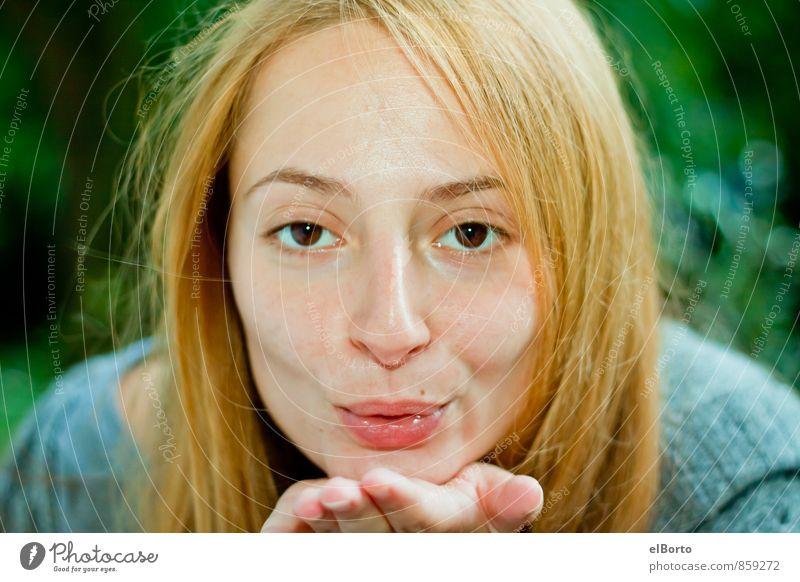 Luftkuss Mensch Frau Jugendliche grün Junge Frau 18-30 Jahre Erwachsene Gefühle feminin Liebe Lächeln Mund Warmherzigkeit Küssen Sympathie