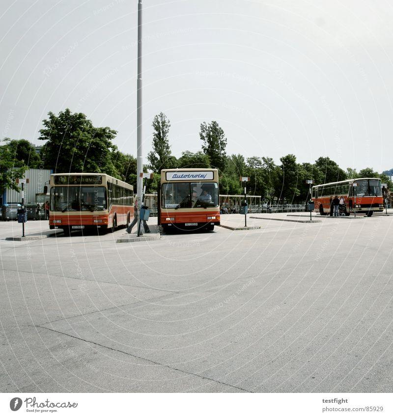 bus stop Stadt Einsamkeit warten fahren Asphalt Bahnhof Bus Flucht Fahrzeug verloren Fernweh Süden Teer unterwegs mediterran Heimweh