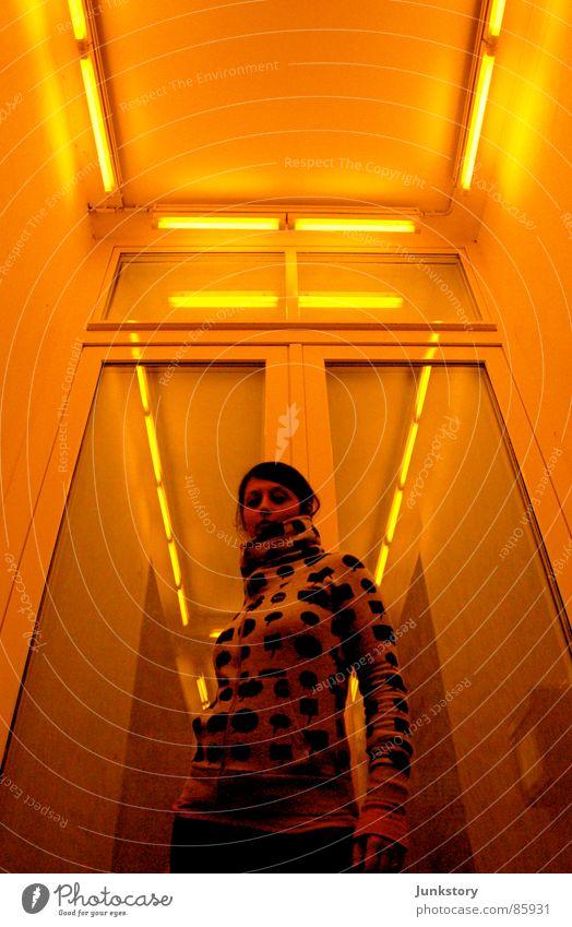 Pose in SCI-FI Rio de Janeiro Licht gelb Körperhaltung Frau Strahlung Stil Design Lichteinfall Neonlicht Eigelb Bekleidung casual woman Scheinwerfer Glas