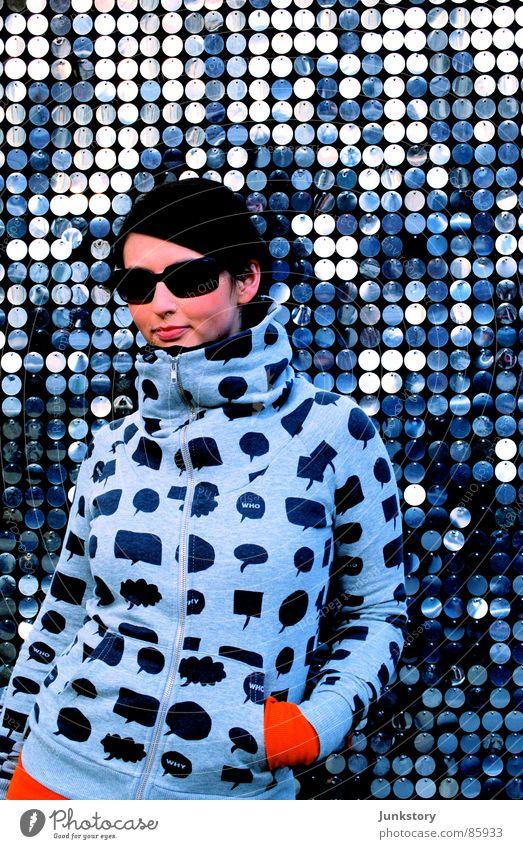Sonnenbrille und Silber.. Frau ruhig kalt grau Stil Metall Mode orange Design modern Körperhaltung fantastisch Gelassenheit Stahl trendy Eisen