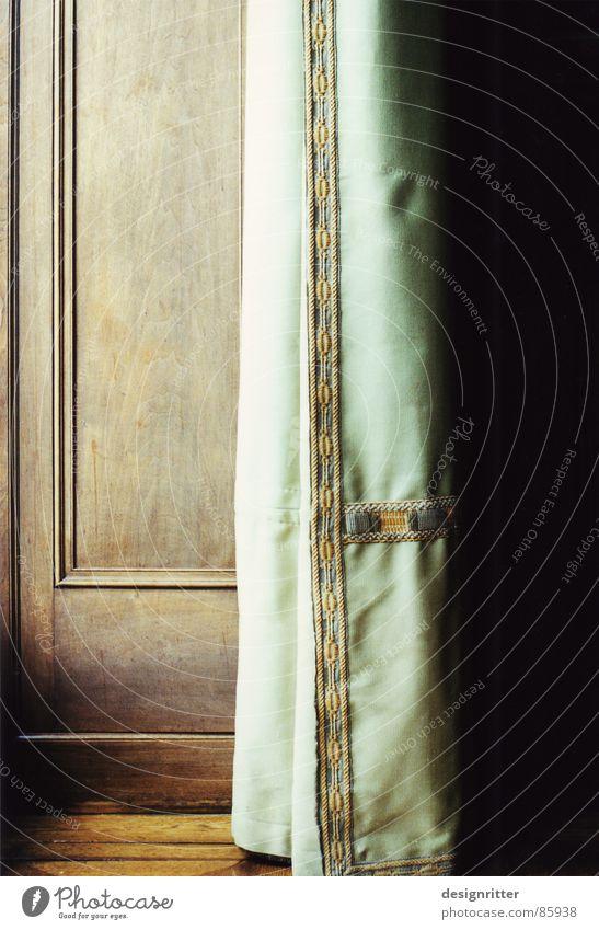 Auf oder zu? Wandtäfelung Vorhang Gardine Fenster Holz Stoff Holzmehl Detailaufnahme Schatten window shadow curtain planking view Mauer