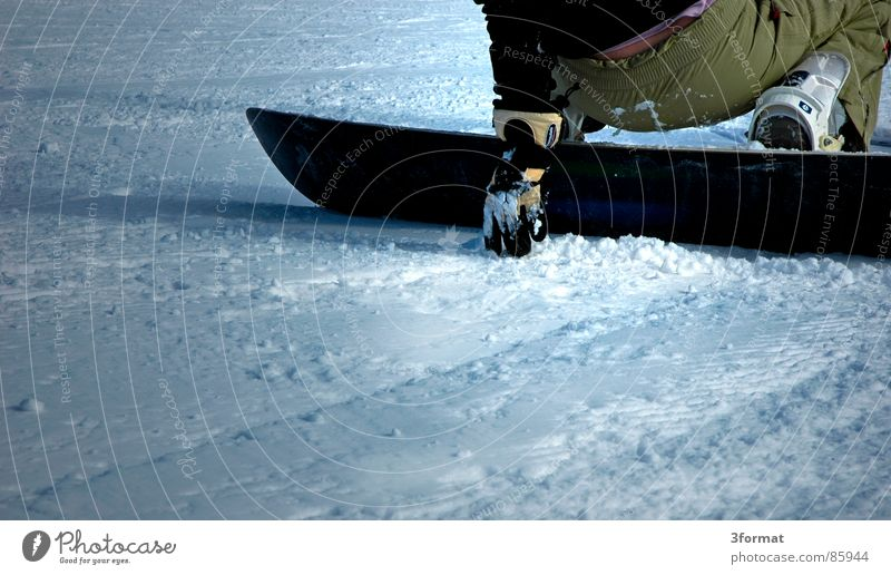 board Ferien & Urlaub & Reisen Erholung Winter Schnee Sport Freizeit & Hobby Pause Snowboard hocken Handschuhe Wintersport abstützen aufstehen Skipiste hockend Snowboarder