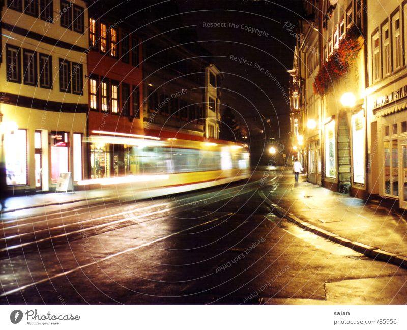 Stadtimpressionen Haus Straße Farbe Laterne Verkehrswege Straßenbahn Eindruck Fluchtpunkt