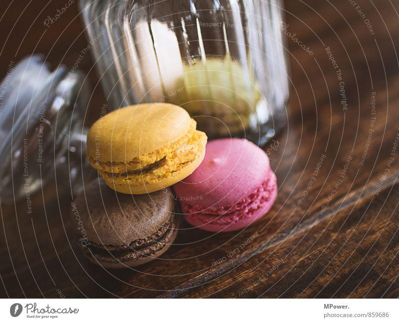 macarons Lebensmittel Dessert Süßwaren Schokolade Ernährung Essen Kaffeetrinken Fastfood Fingerfood saftig braun gelb rosa Keks Keksdose lecker Holztisch Glas