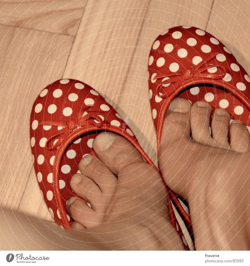 der sommer kommt jippi reinschlüpfen Schuhe Parkett Punkt rot Zehen Spielen Frau feminin Innenaufnahme Farbe Bekleidung shoes Fuß Bodenbelag weiblicher mensch