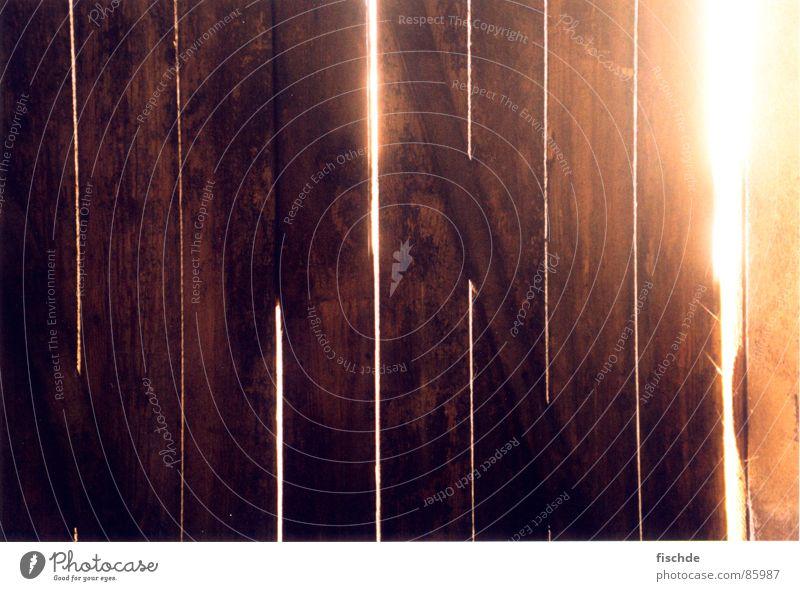 was liegt dahinter... Beleuchtung Sonnenaufgang Sonnenuntergang Sonnenstrahlen geschlossen Durchbruch Nagel planen ungewiss Erkenntnis Holz Holztür Strahlung