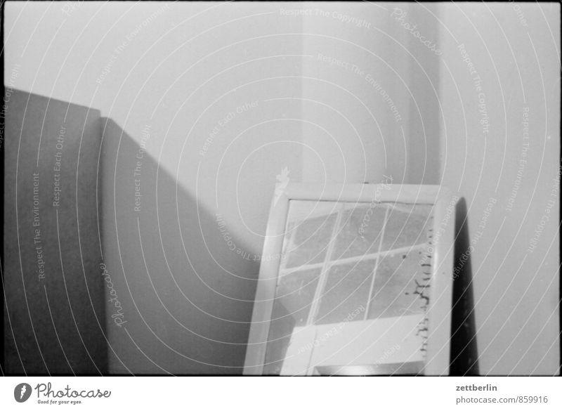 Umkleide mit Spiegel Raum Innenarchitektur Umkleideraum kabine Reflexion & Spiegelung alt antik Schwarzweißfoto Licht Schatten Wand Mauer Ecke Nische trüb trist
