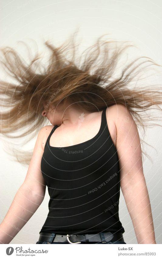 schwarzer Gürtel Frau schütteln Wut Ärger Haare & Frisuren Wacken Party Partygast Headbangen langhaarig Top Hintergrund neutral Ausgelassenheit enthemmt wild