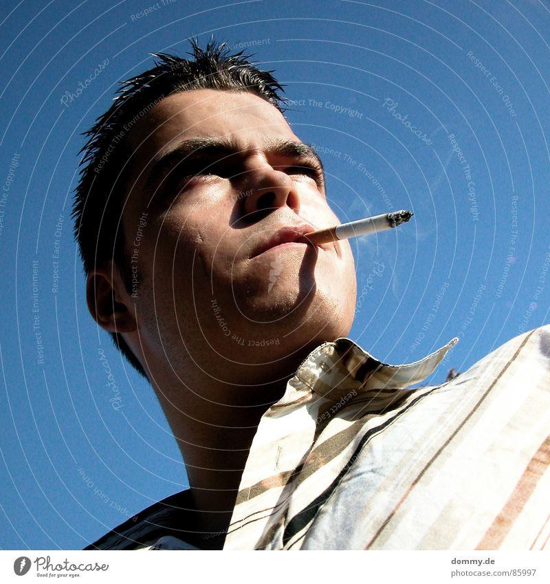 was läuft? Nasenspitze Blick stehen Sommer Streifen Siebziger Jahre lässig verrückt Zigarette Bart Lippen Haaransatz Knöpfe Mann Rauchwolke Jugendliche