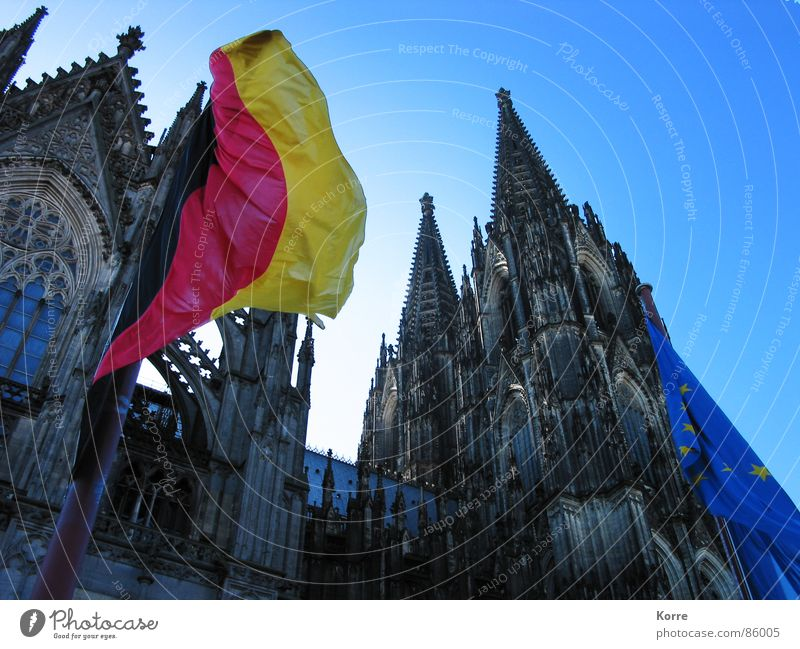 Zeiten überdauern Froschperspektive Sommer Sonne Wind Dom Wahrzeichen Fahne historisch Gesellschaft (Soziologie) Religion & Glaube Politik & Staat Gotik