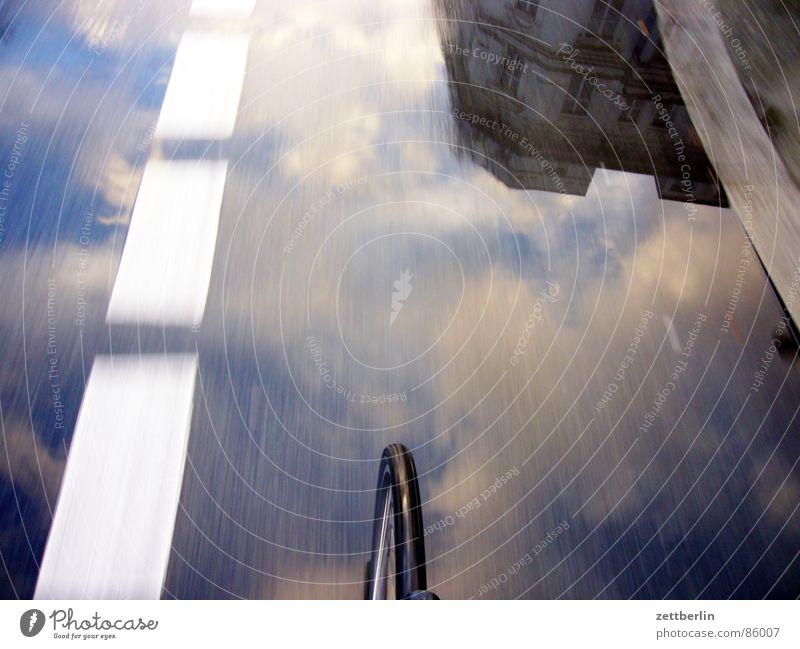 Heimweg Himmel Ferien & Urlaub & Reisen Wolken Haus Linie Regen Wetter Fahrrad Klima nass Ausflug Verkehr Geschwindigkeit fahren Rasen einfach