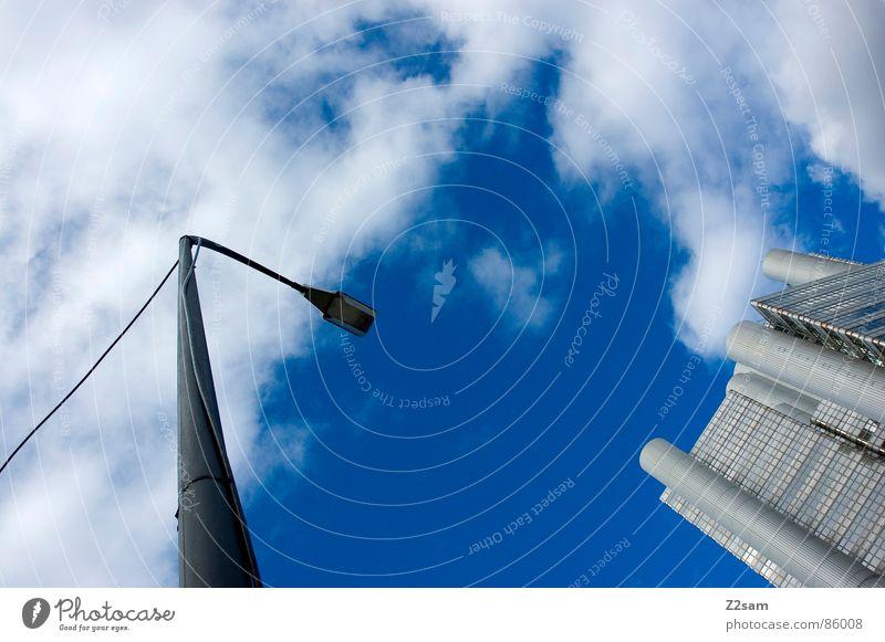 gegenüberstellung Himmel Haus Wolken Stil Gebäude Hochhaus modern Turm Laterne Richtung silber links zeigen rechts Futurismus