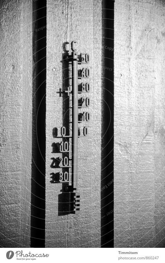 26° in der Sonne. Ferien & Urlaub & Reisen Thermometer Dänemark Ferienhaus Mauer Wand Schatten Linie Schwarzweißfoto Holz Ziffern & Zahlen ästhetisch dunkel