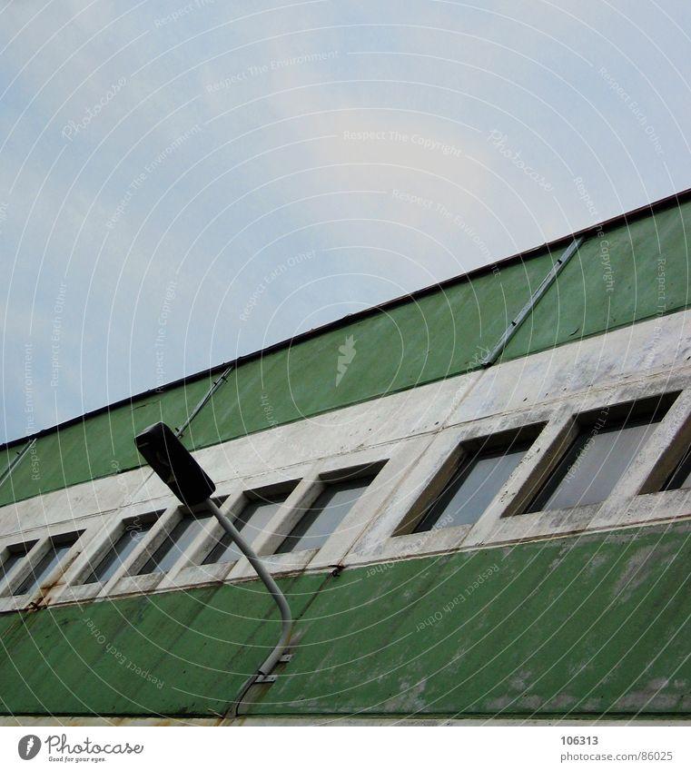 PHOTOCASE (c) REDAKTIONSGEBÄUDE Himmel alt grün Einsamkeit Fenster Metall Lampe Arbeit & Erwerbstätigkeit Industrie Streifen Industriefotografie Bauwerk Fabrik