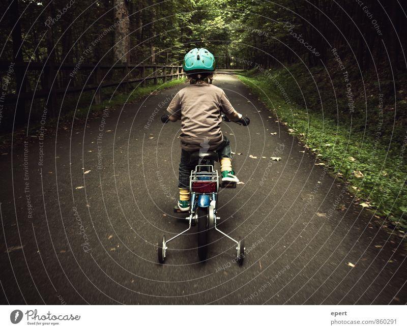 Ein Männlein fährt im Walde Freizeit & Hobby Fahrradfahren Kind 1 Mensch Wege & Pfade Helm Stützräder Bewegung niedlich Mut Ausdauer Neugier erleben