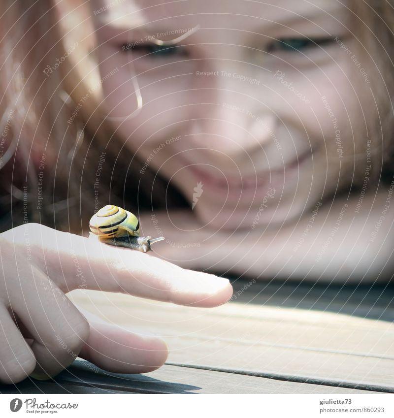 Kleine neue Freundin Glück Zufriedenheit Erholung Spielen Kinderspiel Mädchen Kindheit Finger 1 Mensch 8-13 Jahre Sommer Garten Tier Schnecke beobachten