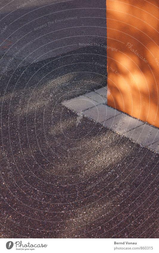 Eckstein Haus Platz Mauer Wand grau orange Kreis Ecke Asphalt Glätte Putzfassade Randzone abbiegen Stein Quadrat Farbfoto Außenaufnahme Menschenleer