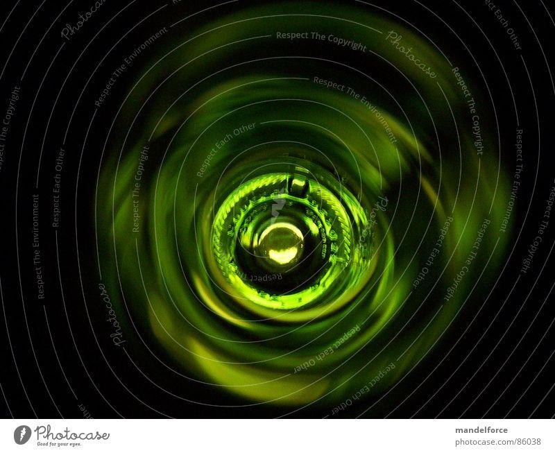 Tunnelblick grün Weinflasche abstrakt trinken Licht Engpass Flaschenhals Alkohol Makroaufnahme Nahaufnahme obskur optimistisch Glas